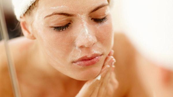 Tẩy da chết cho mặt trước khi xông hơi