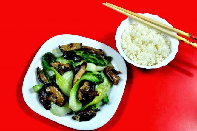 Một chén cơm và luôn ưu tiên rau xanh